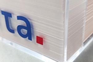 Plastikinė dežutė užrašų lapeliams su spauda ant šoninių sienelių